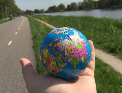 Road to Discovery - 2015 Study Abroad Photo Contest | Photo by Tory Evans on the Amstel River in Amsterdam, Netherlands